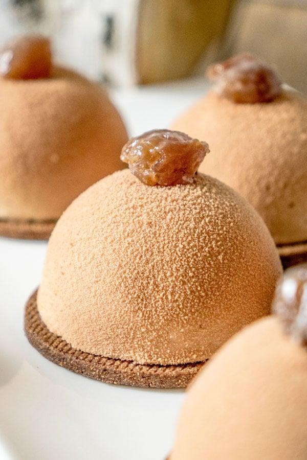 La recette des dômes mousse marrons et compotée de poires
