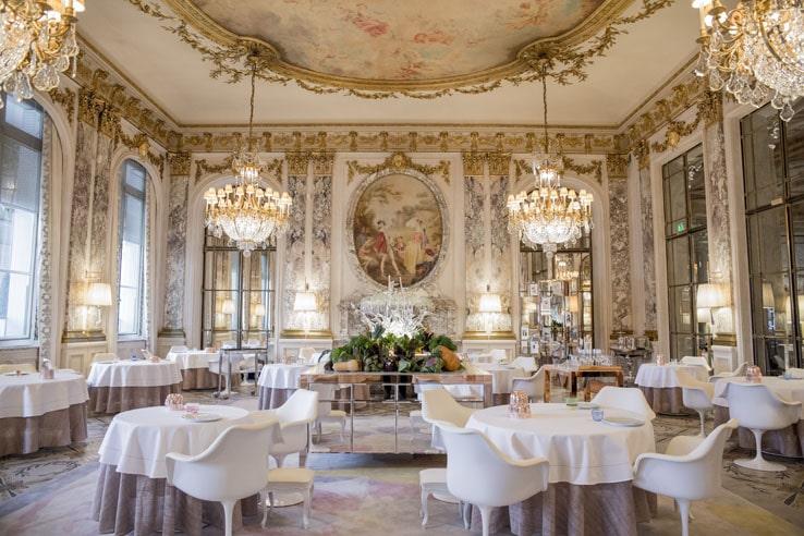 Le brunch du Meurice dans la salle du restaurant Alain Ducasse.